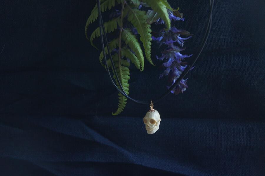 鹿角製小さい頭蓋骨「朝と夕べのメメント・モリ」チョーカー
