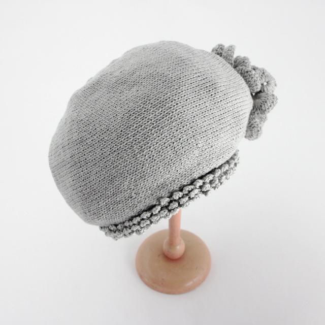 花モチーフが付いたベレー帽子