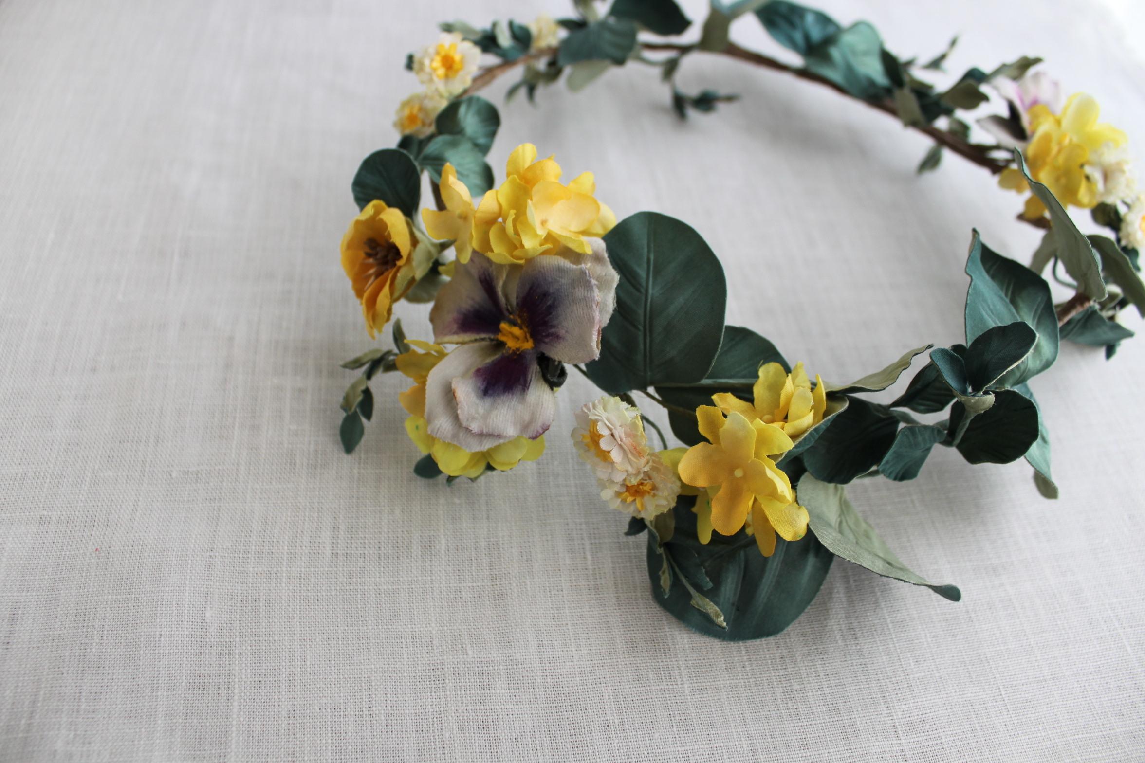 パンジーと黄色の小花のヘッドリース