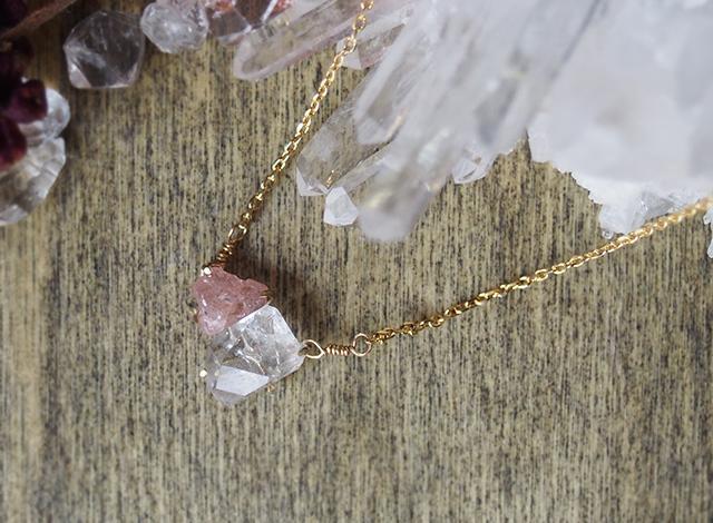 原石のピンクスピネルとダイヤモンドクォーツのネックレス