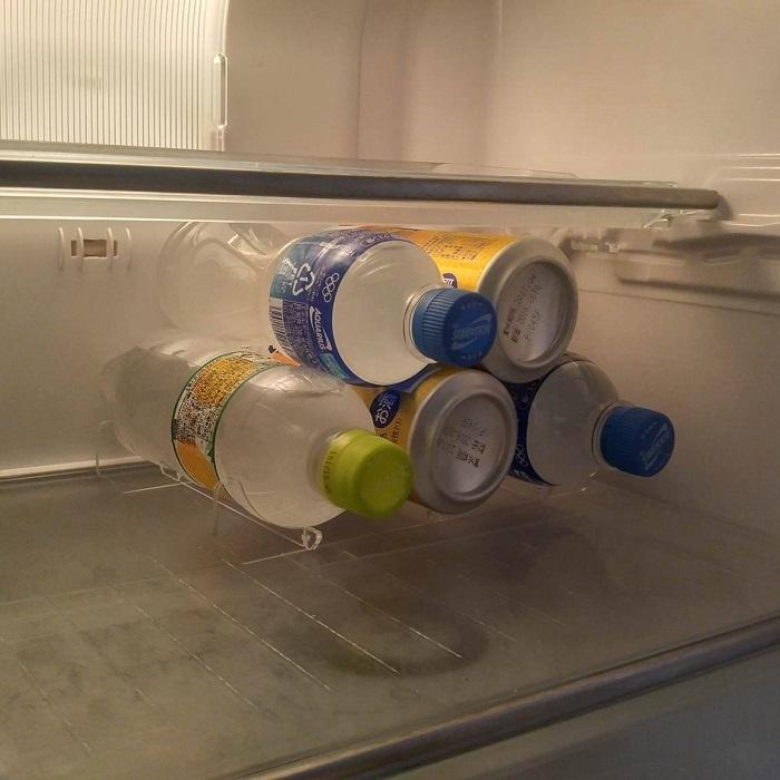 【トライアングルストッカー】 冷蔵庫の飲み物整理に / お手入れ簡単な組立式