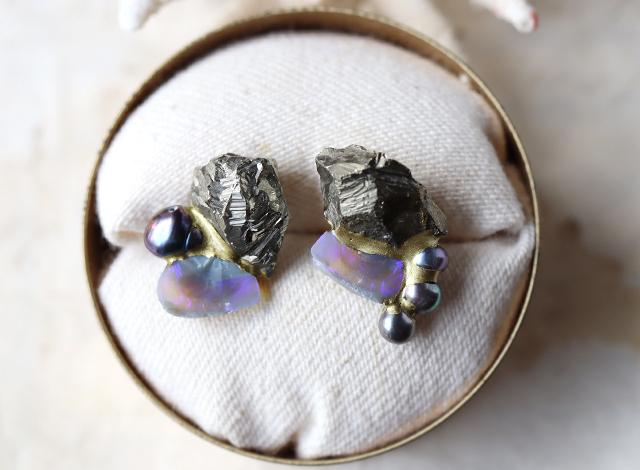 【一点物】原石のパイライト・オパール・パールの金継ぎピアス