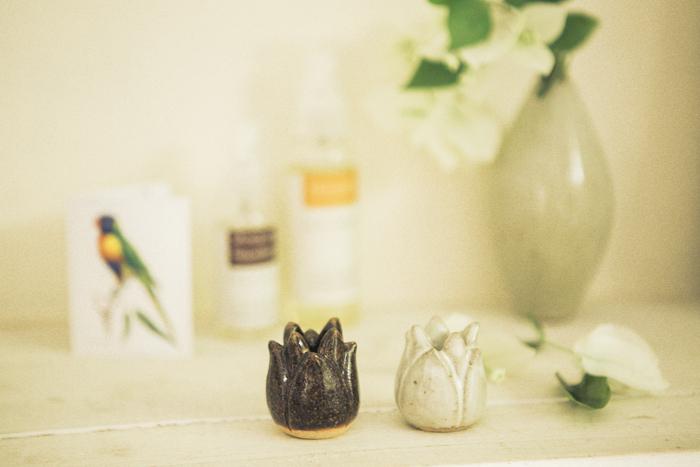 ハスの花の歯ブラシスタンド ライト&ダーク 2個セット 陶器