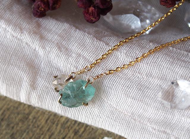 原石のアパタイトとダイヤモンドクォーツのネックレス