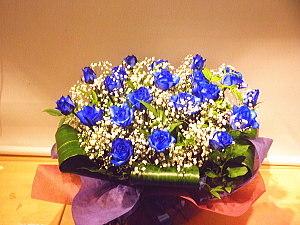 ar025 フラワーアレンジ 青バラとカスミ草