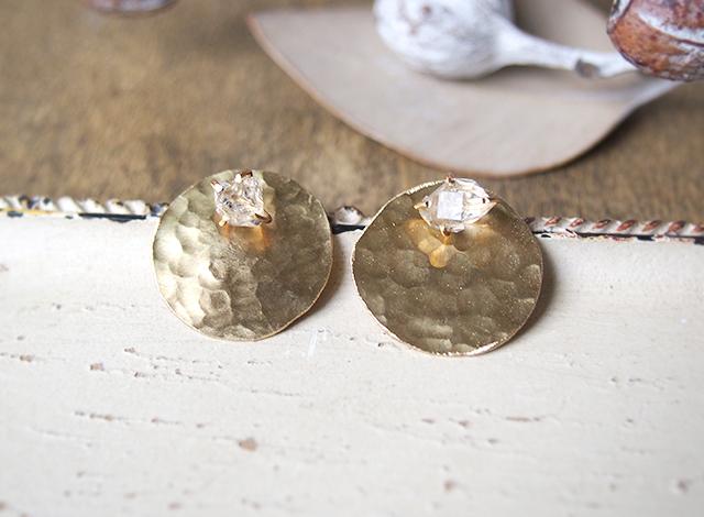 原石のハーキマーダイヤモンドと真鍮の丸ピアス