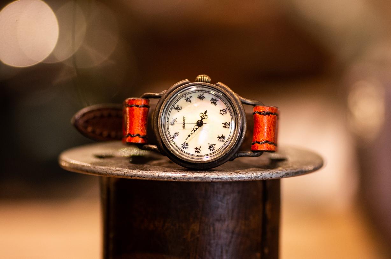 華やかな貝文字盤に漢数字を入れた小ぶりな腕時計 (Ren Small/店頭在庫品)