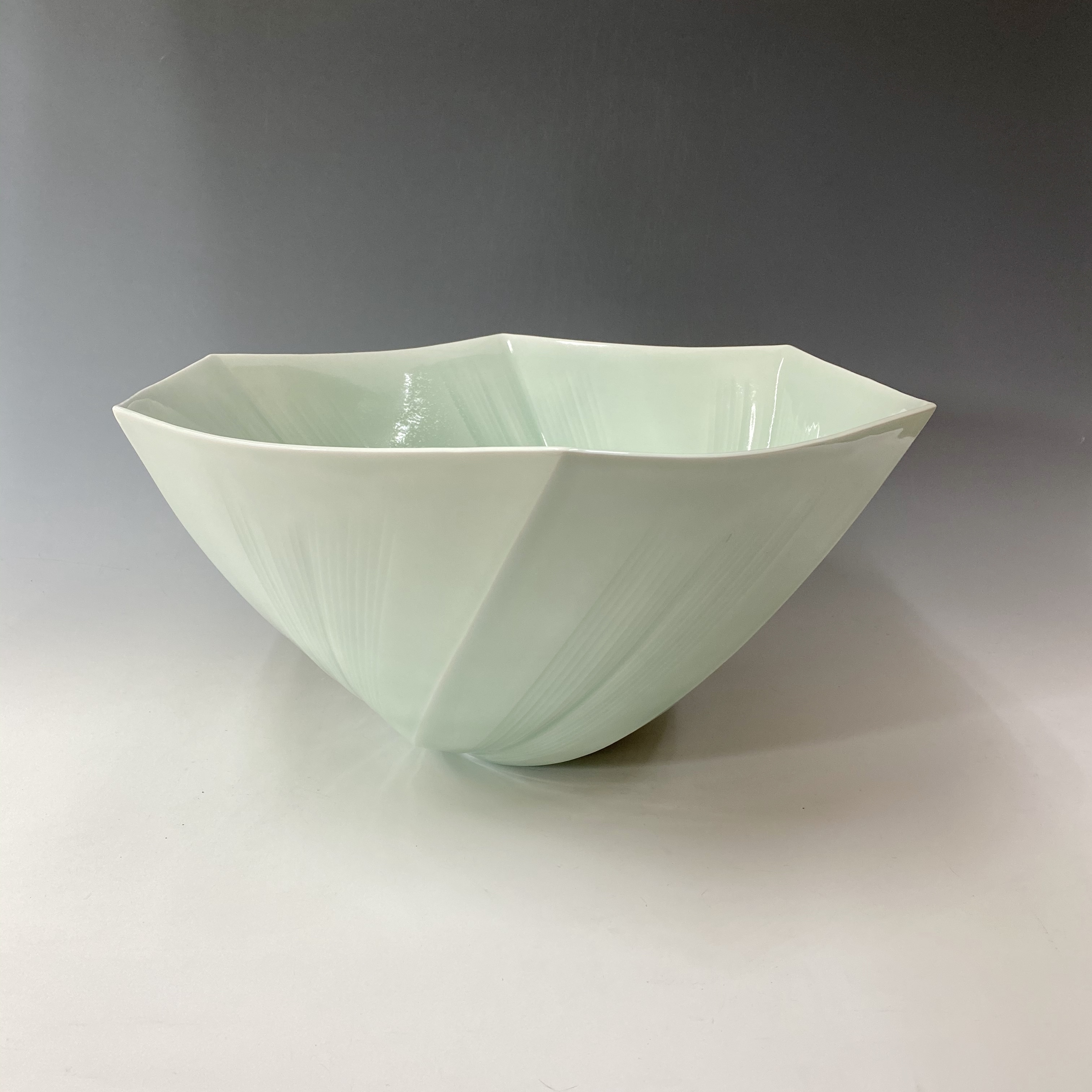 【中尾純】青白磁面取線彫花器