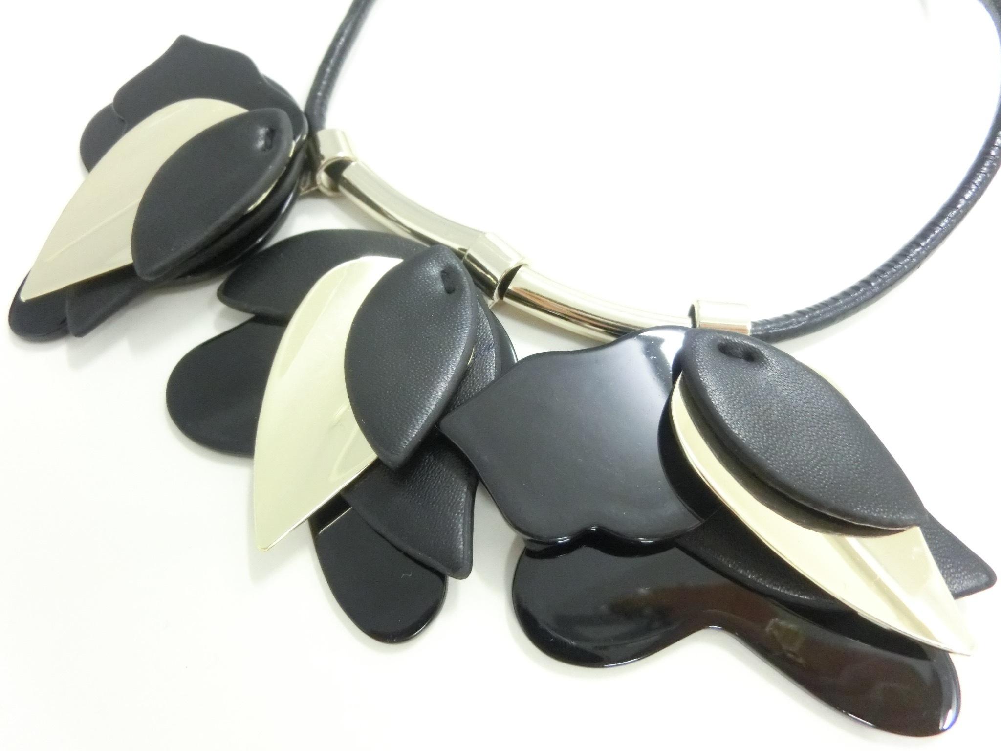 【  UNSEABLE 】Petal design necklace / Black