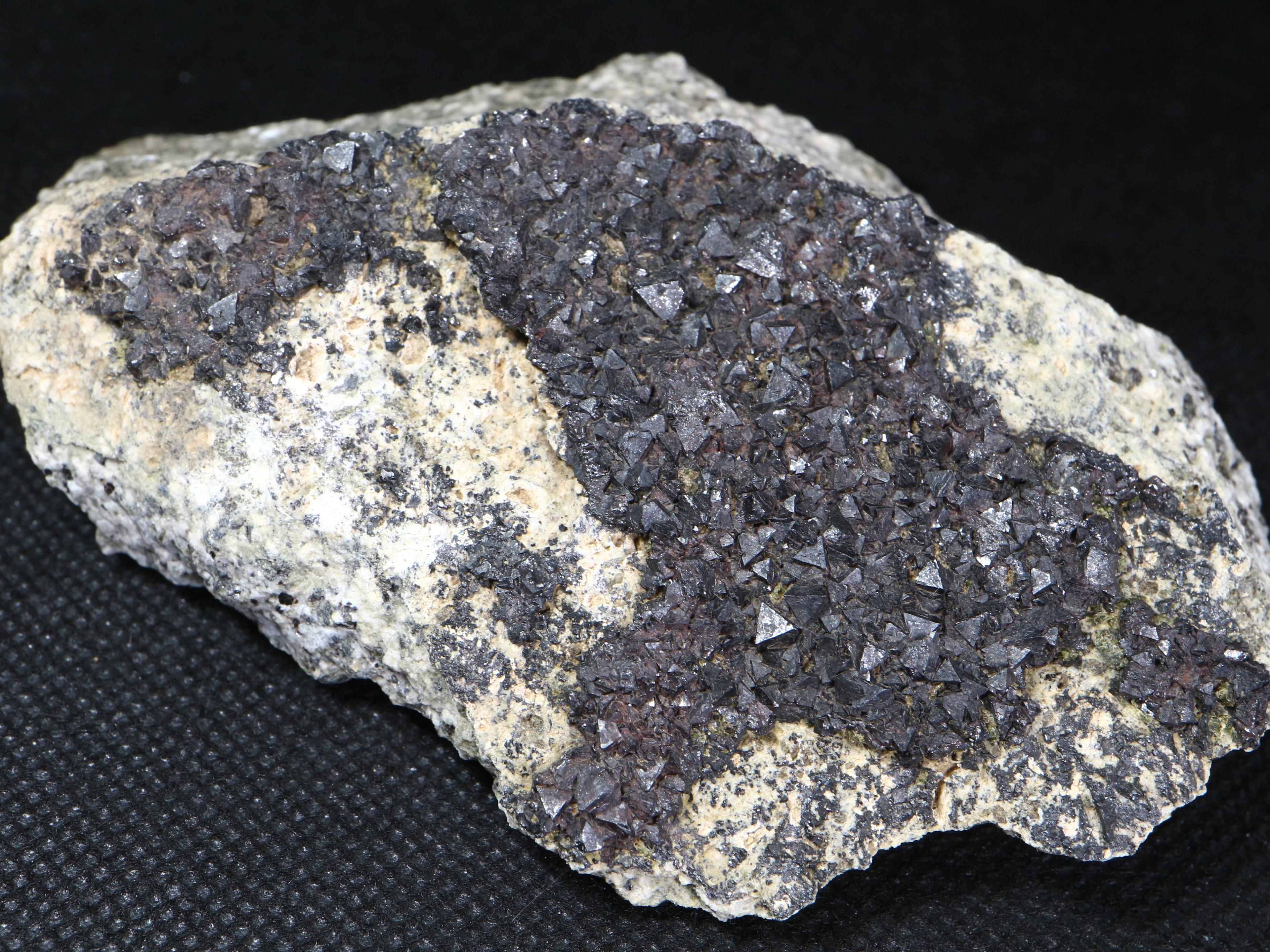 自主採掘!マグネタイト クリスタル 磁鉄鉱 244,5g ユタ州産   MGT016  原石 天然石 鉱物 パワーストーン