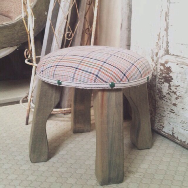 wood market 背の低い椅子 オレンジチェック丸形