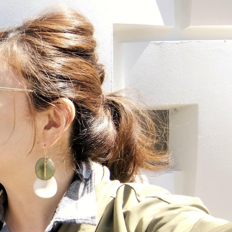 送料無料14kgf*Khaki x White Tagua Nuts slice pierced earring / earring