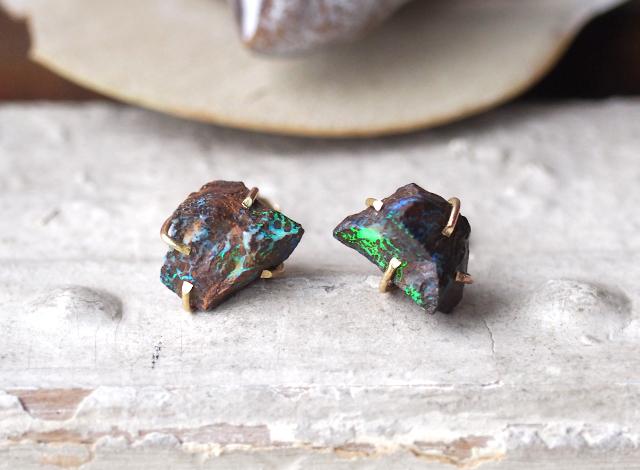 原石のボルダーオパールのピアス