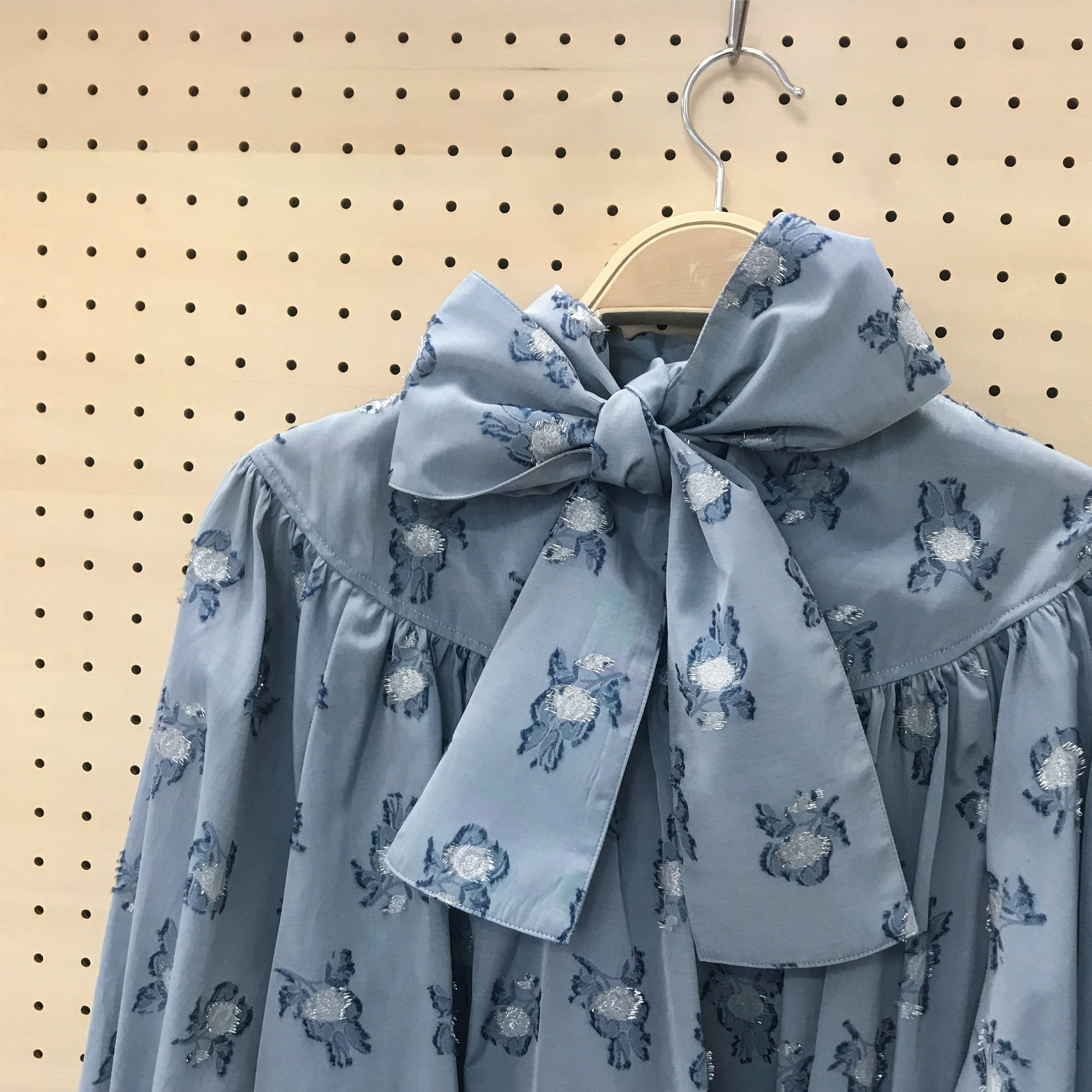 back ribbon gather blouse〈blue flower・ブラウス〉