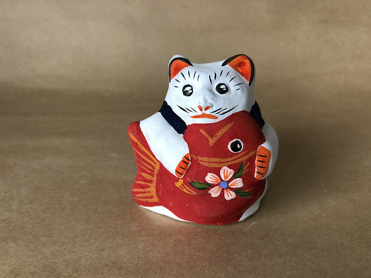 花巻人形工房|花巻人形「鯛抱き猫」