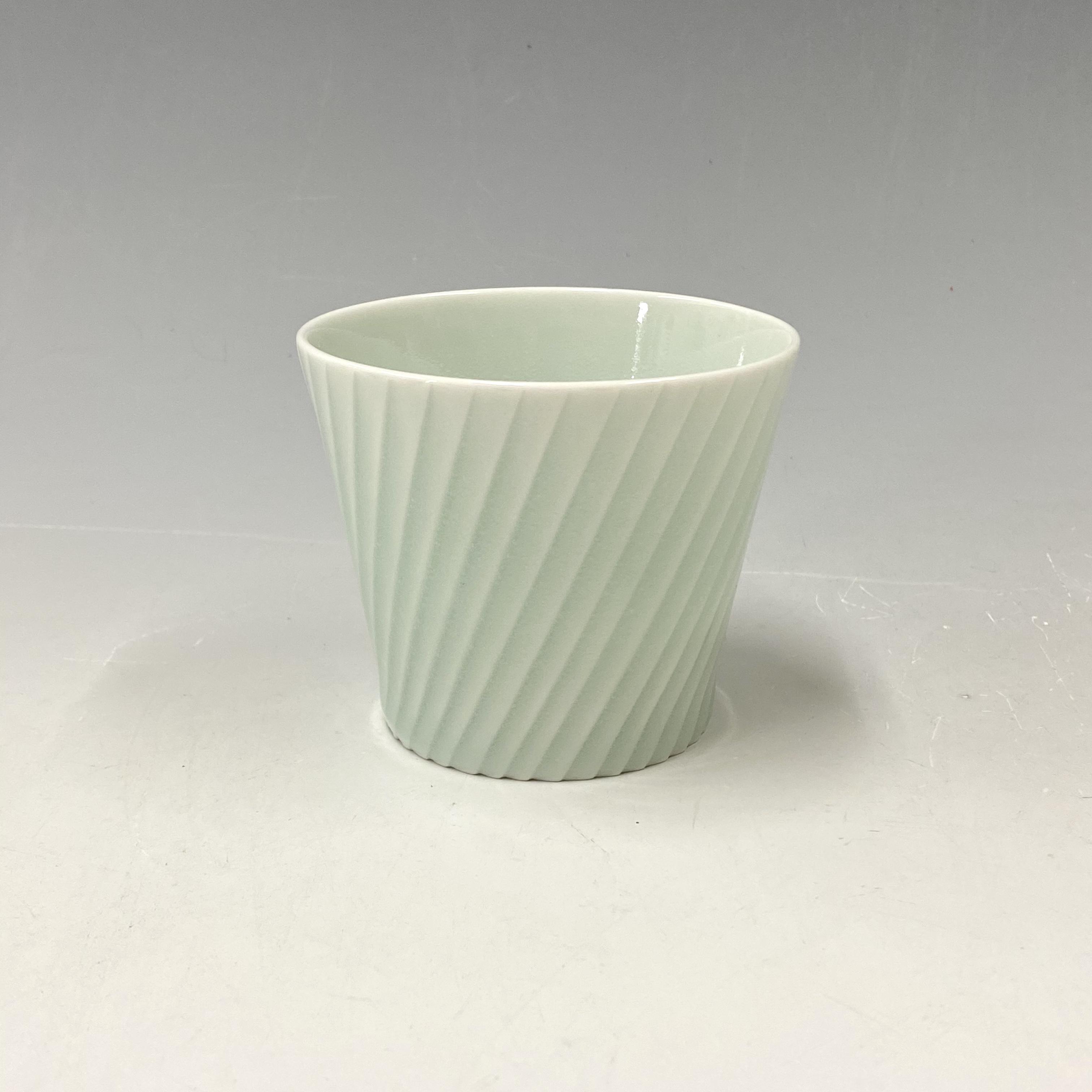 【中尾純】青白磁線彫蕎麦猪口(斜め)