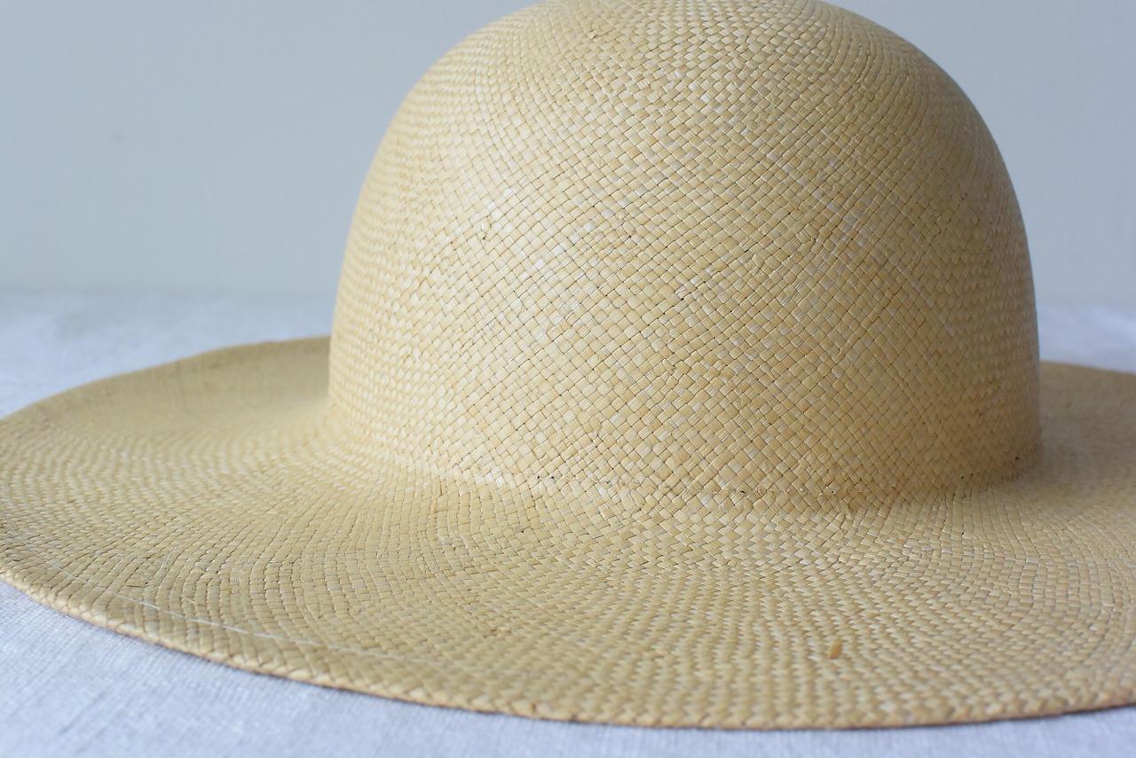 細やかに編まれた国産の麦わら帽子