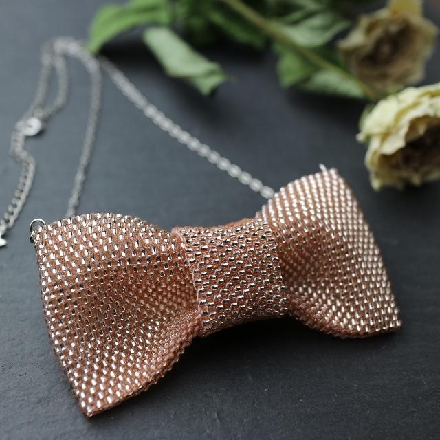 【受注製作】ピンクのビーズで編んだリボンのネックレス