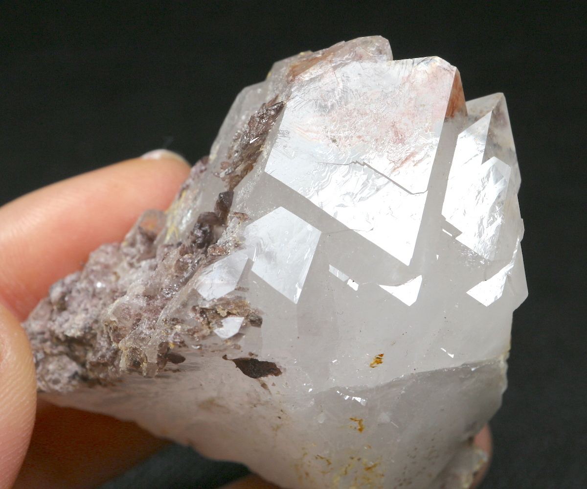 カリフォルニ産 水晶 + 鉄斧石 クオーツ 結晶 クリスタル QZ024  82,4g 鉱物 原石 天然石 パワーストーン