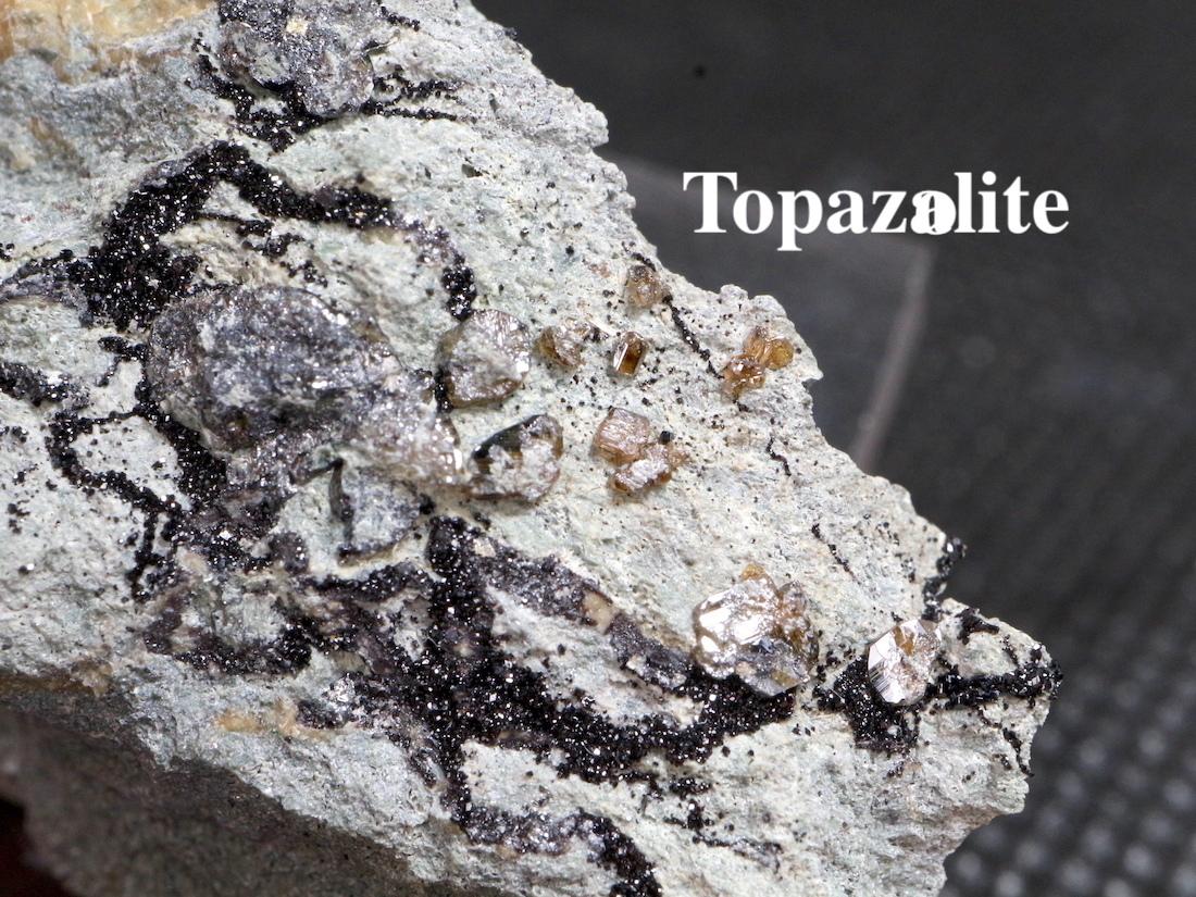 メラナイト & トパゾライト アンドラダイト ガーネット 灰鉄柘榴石 原石 17,9g AND021 鉱物 標本 原石 天然石
