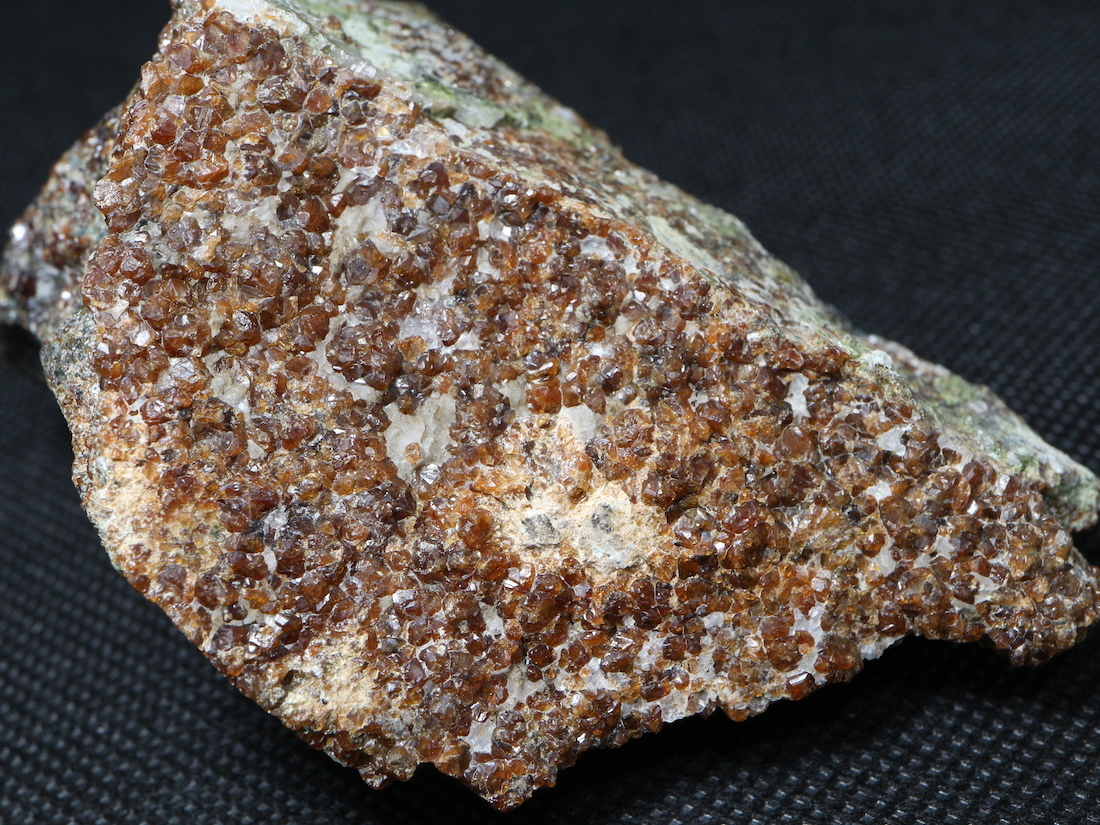 自主採掘!グロッシュラー ガーネット  + カルサイト  343g GN082 原石 鉱物 天然石 パワーストーン