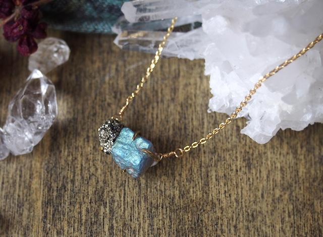 原石のラブラドライトとパイライトのネックレス
