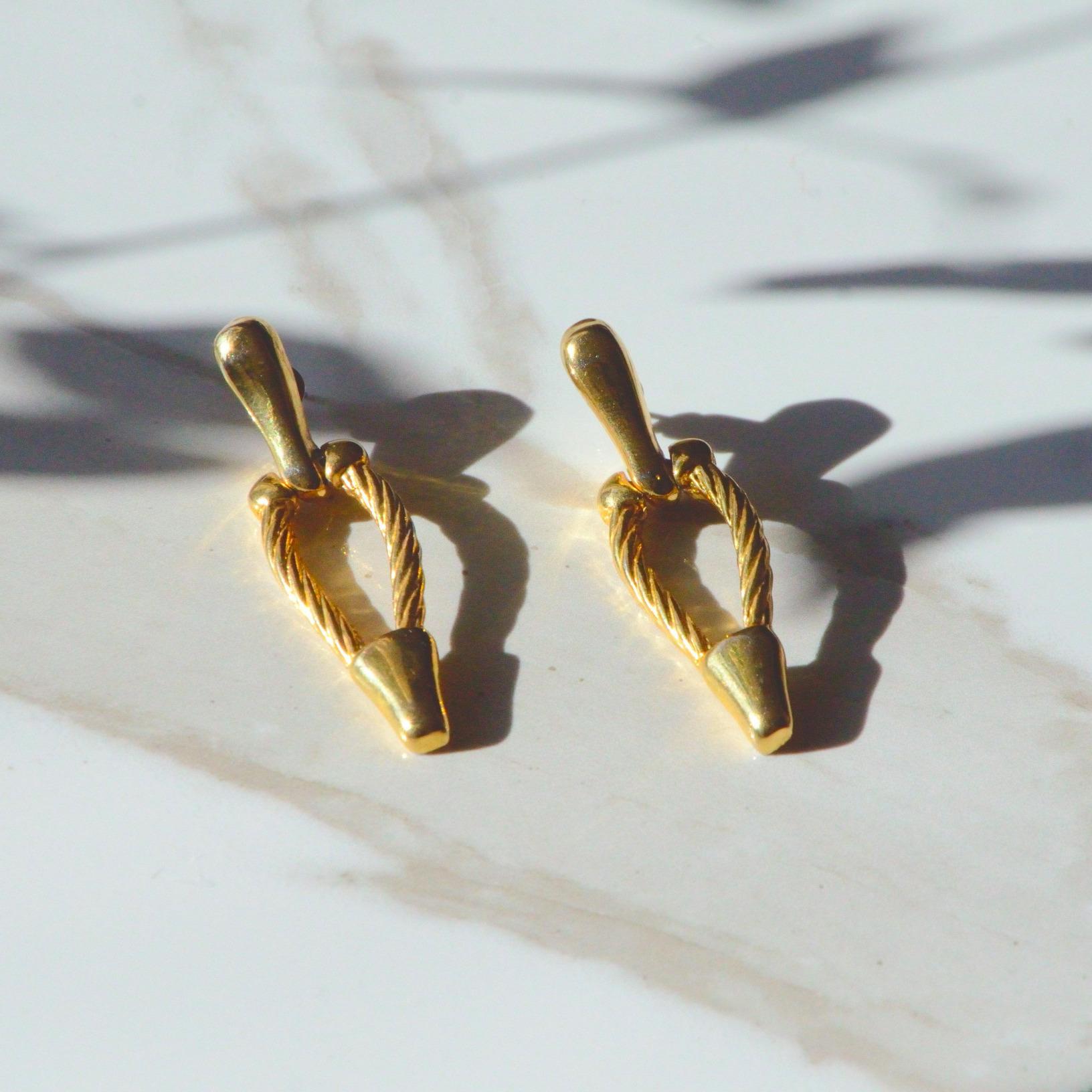 馬蹄形のゴールドのピアス