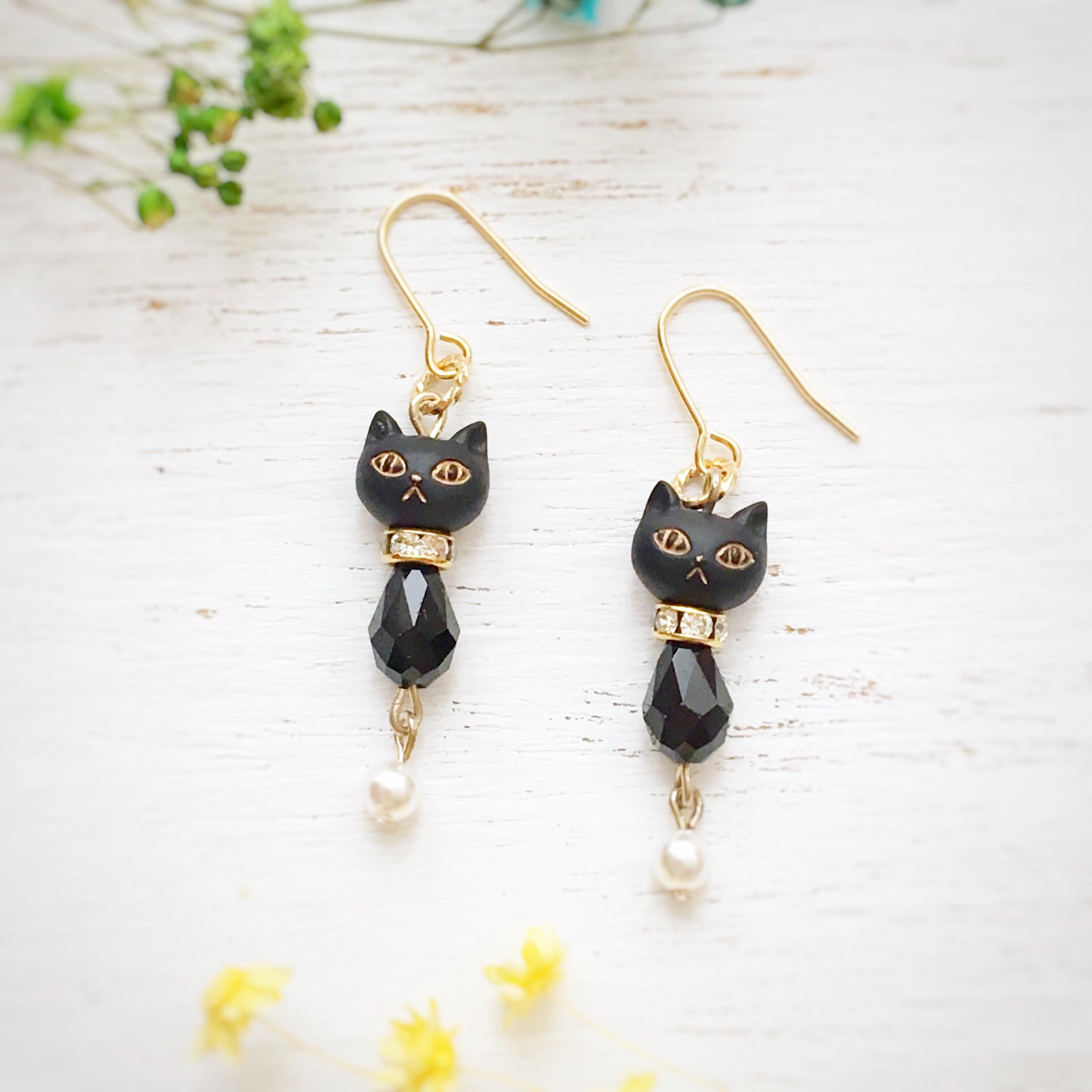 黒猫のブラックビーズピアス