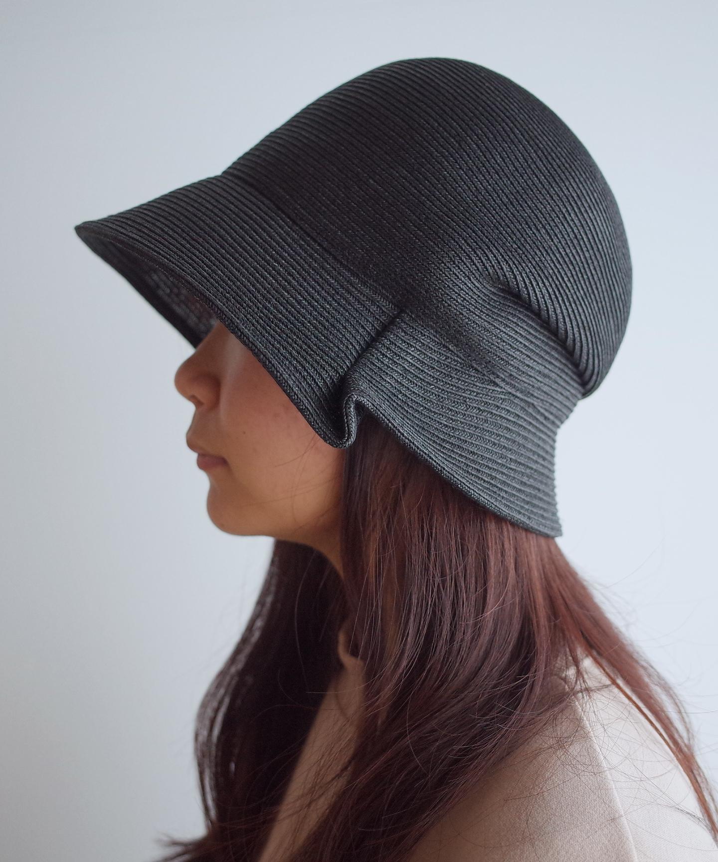 サイドにタックが入った帽子