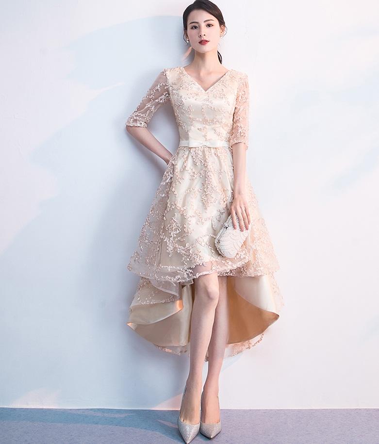 1b73fd56cbf41 ... 変形裾ワンピース シャンパンゴールド ドレス 披露宴 二次会 同窓会 パーティー お呼ばれ.  美しく揺れるAラインのふんわりシルエットすっきりと開いたVネックが ...