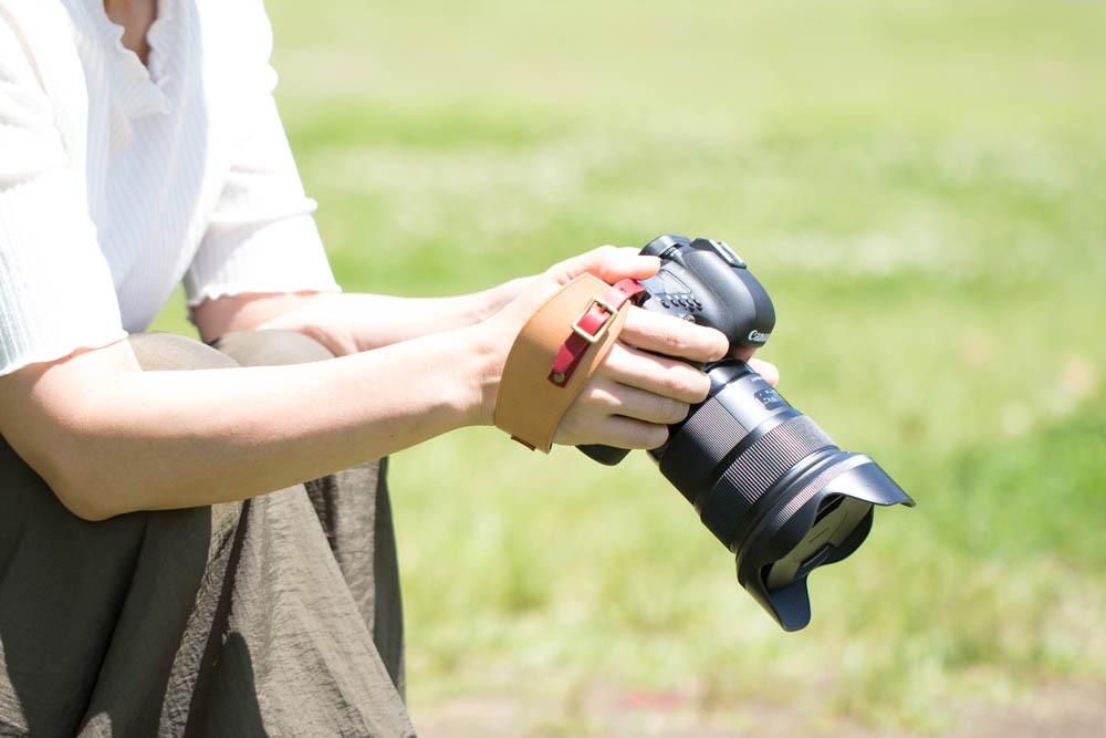 ナチュラルとレッドのカメラハンドストラップ