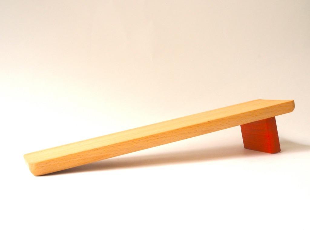ゆっくりと坂道を歩くどんぐり帽子の木のおもちゃ「どんぐりころころ」専用坂|おもちゃのこまーむ