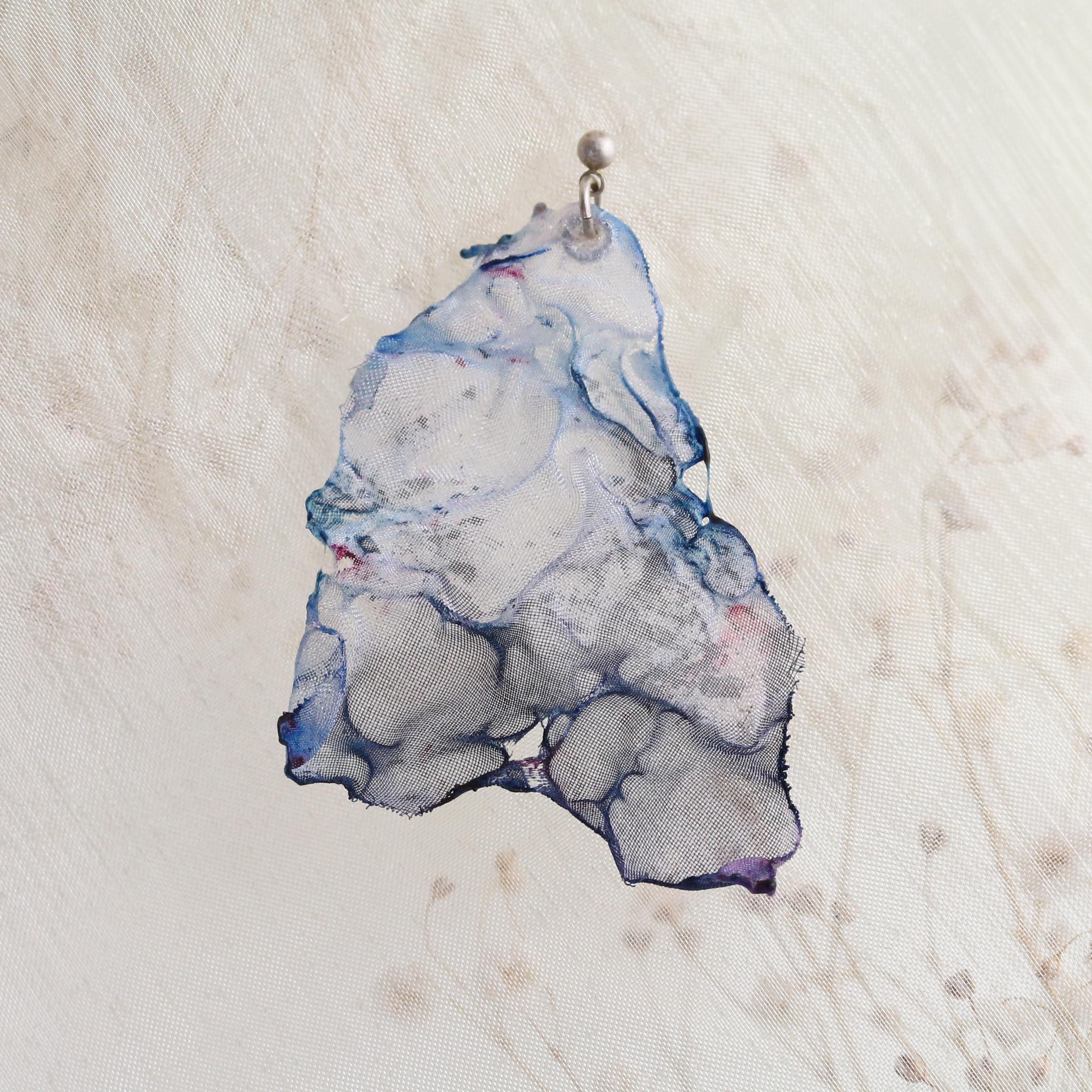 染めオーガンジーのアートピアス 薄青グレー