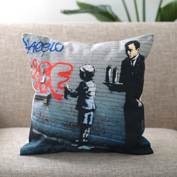 バンクシー Banksy クッションカバー SPRAY PAINTING BOY