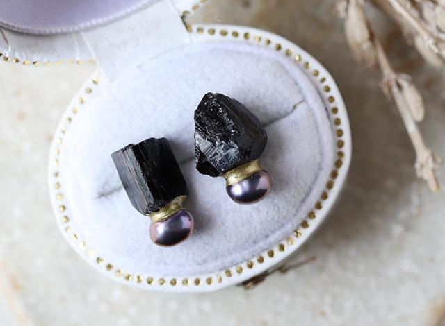 原石のブラックトルマリンとパールの金継ぎピアス