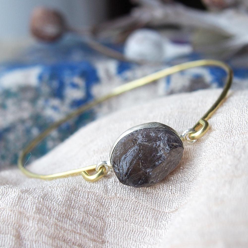 原石アイオライトの真鍮バングル