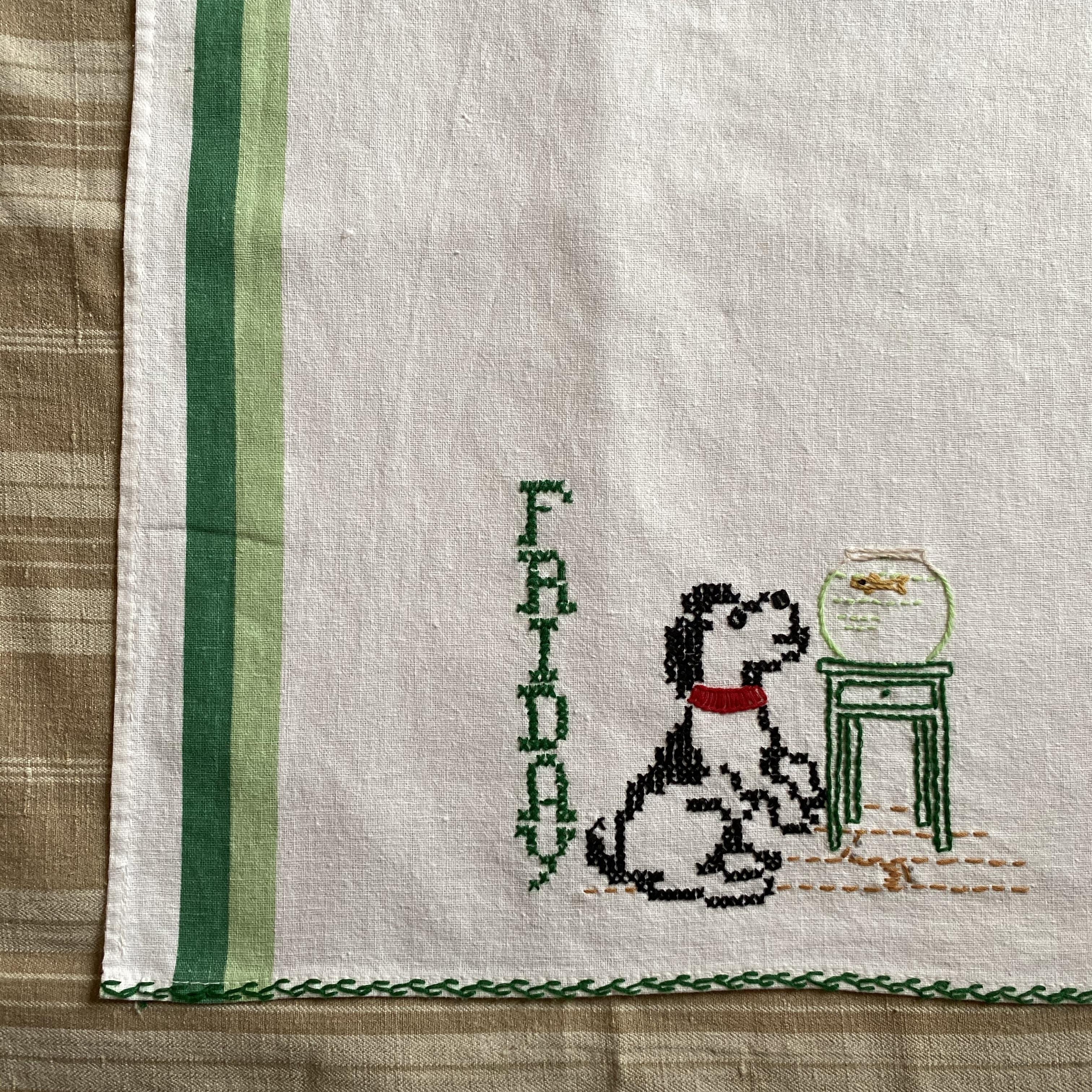 France ヴィンテージ手刺繍トーション・いぬと金魚 / uv0107