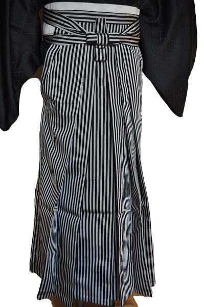 レンタル男性用black02【紋付袴】黒ちりめん着物に黒銀縞はかま - 画像4