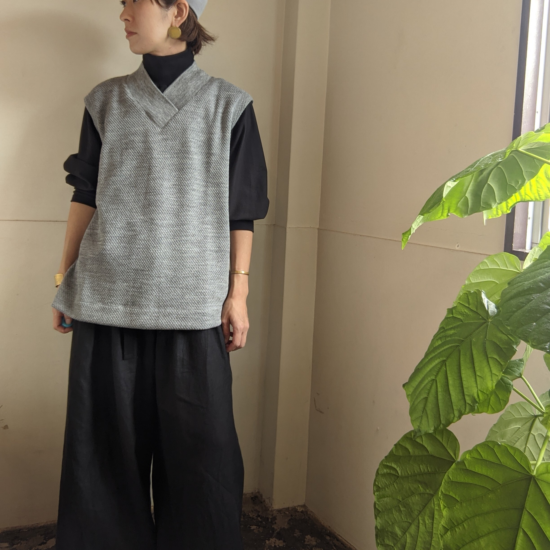 【 CLOSELY CLICK PEBBLE 】クロースリークリックペブル / V-neck long vest / wool100 / ダブルかのこ/ light-grey