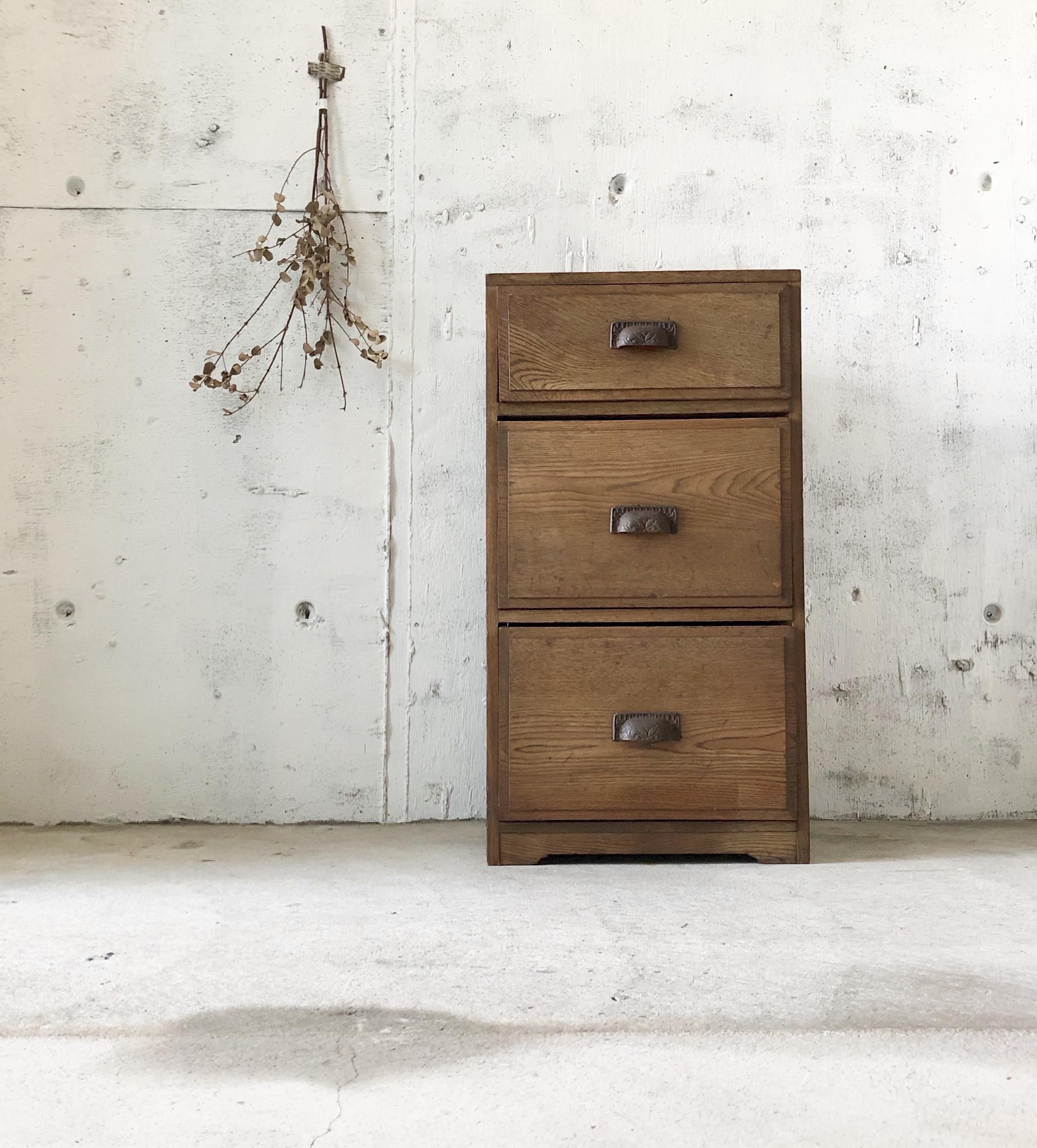背のある真鍮取手の収納棚[古家具]