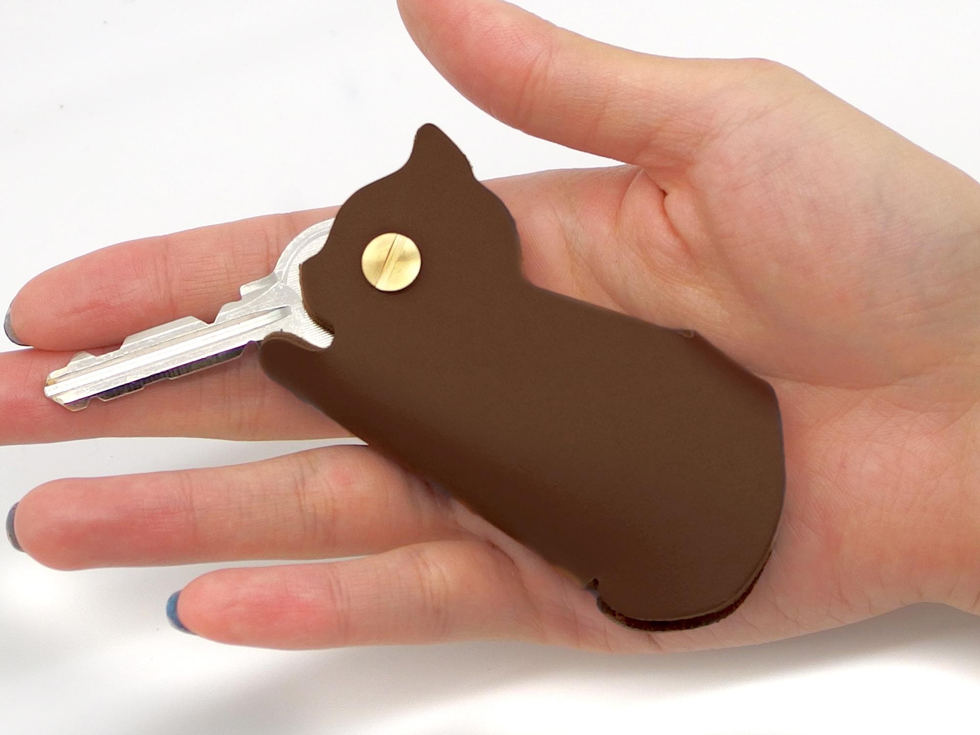 手のひらサイズのネコ型キーケース|茶猫(牛革製)