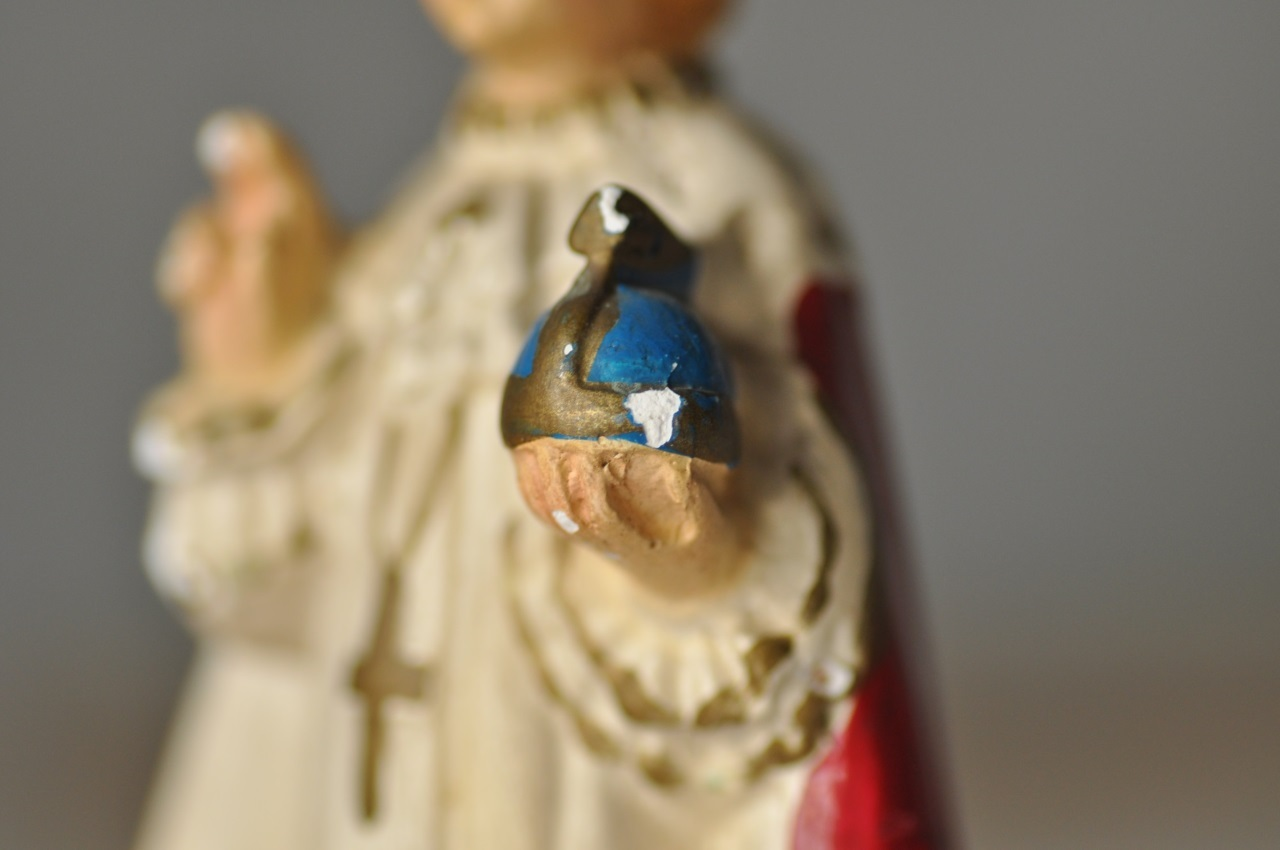 素朴な顔の幼子イエス像