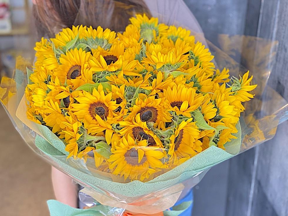 108本のひまわりの花束でプロポーズ