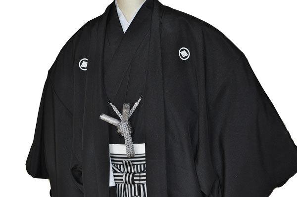 レンタル男性用black02【紋付袴】黒ちりめん着物に黒銀縞はかま - 画像3