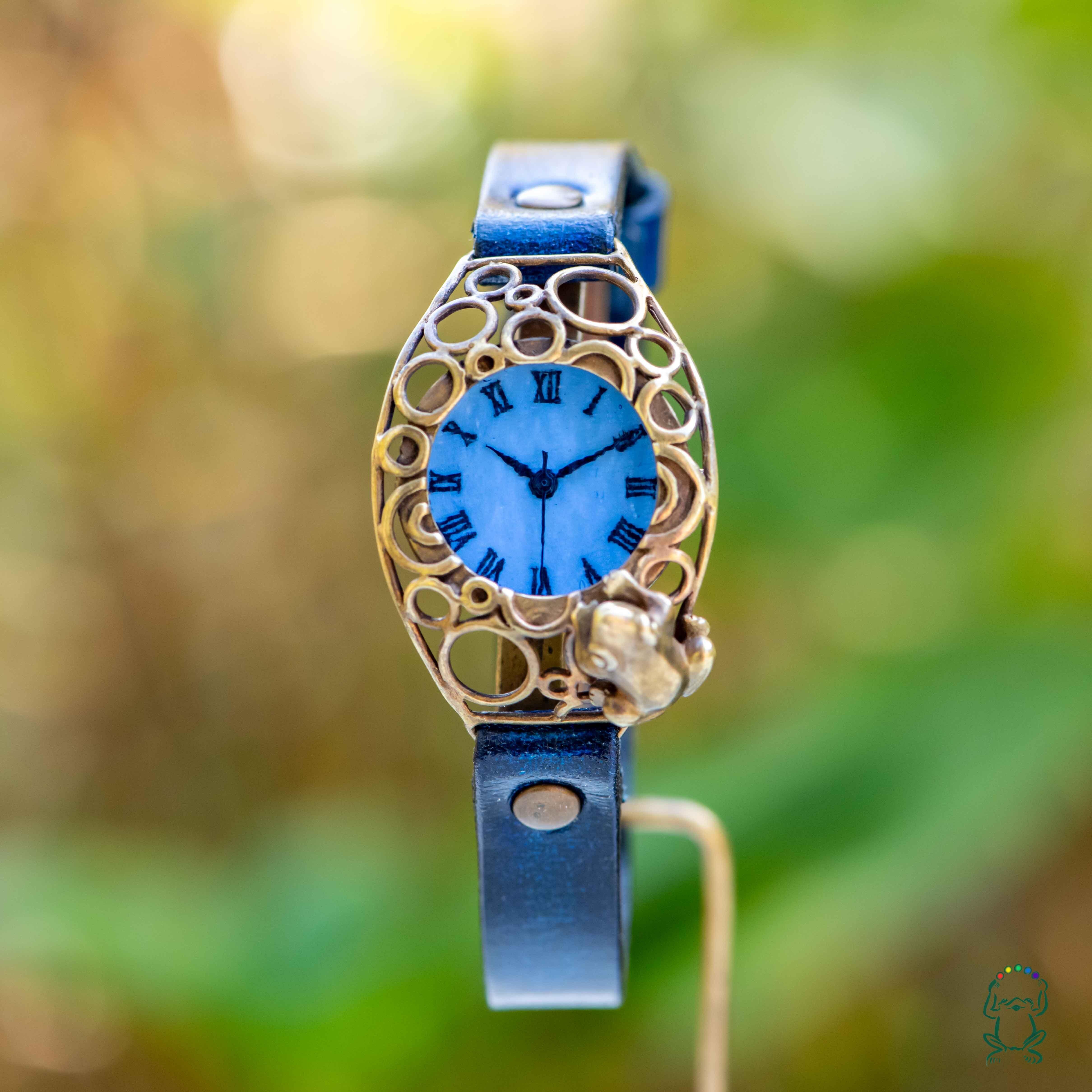 水泡立つ池をのぞく蛙腕時計Sパステルブルー