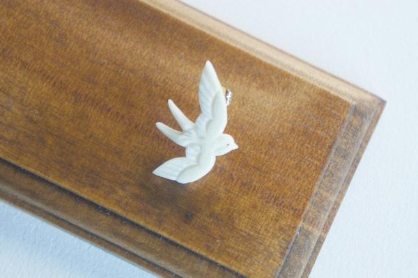 鹿骨彫刻の小さいピアス(ツバメ)