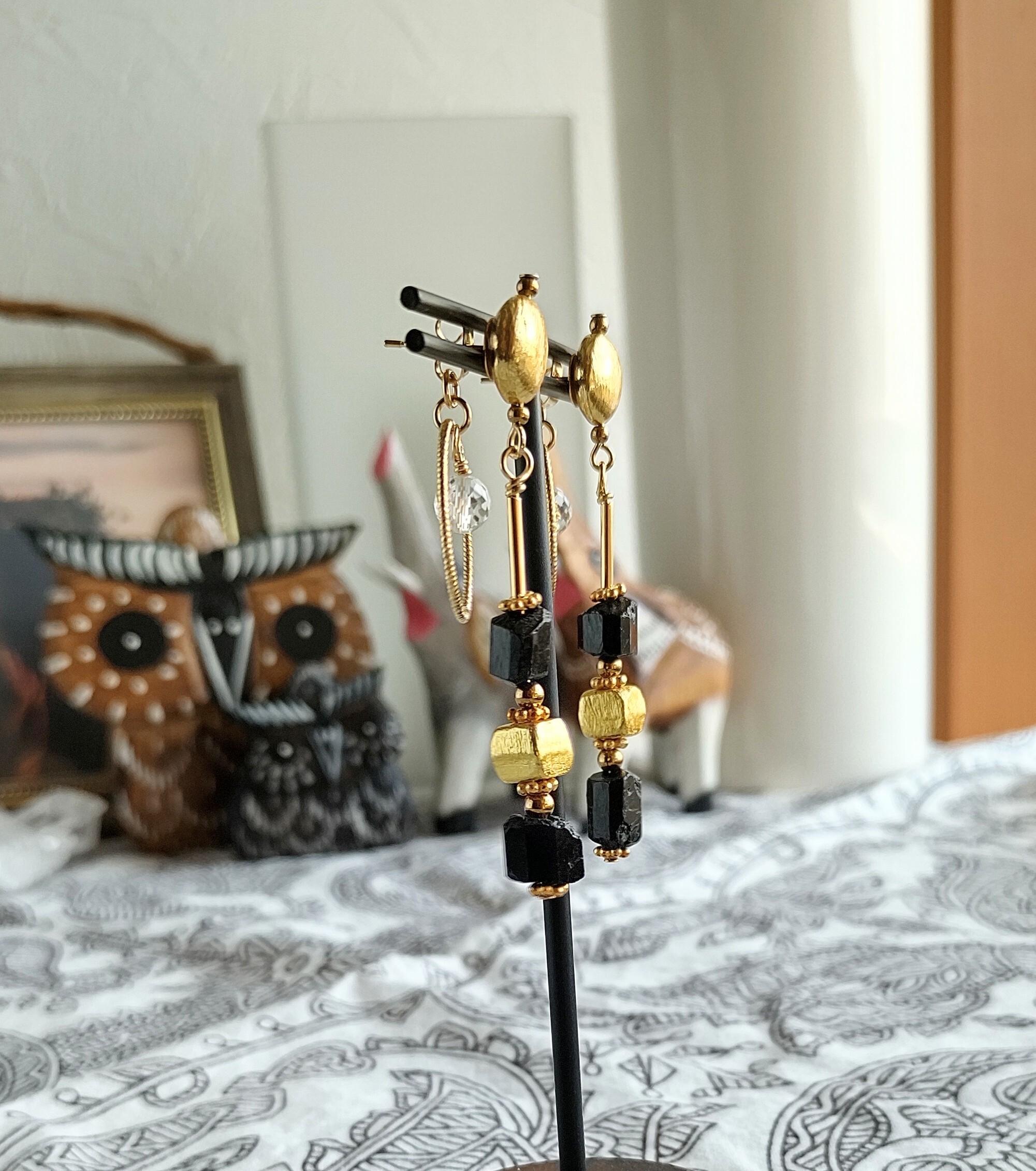 ラフロック天然石と小さなサンキャッチャーのピアス【ブラックトルマリン】