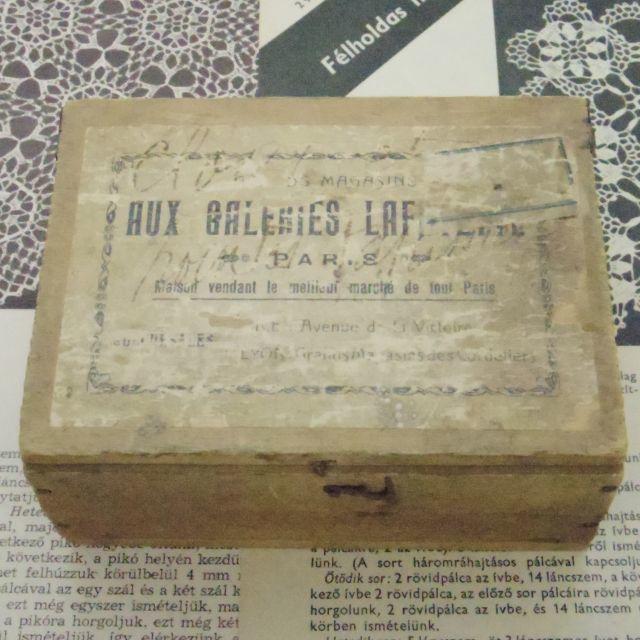 木の箱::: 紙ラベルの貼ってある箱