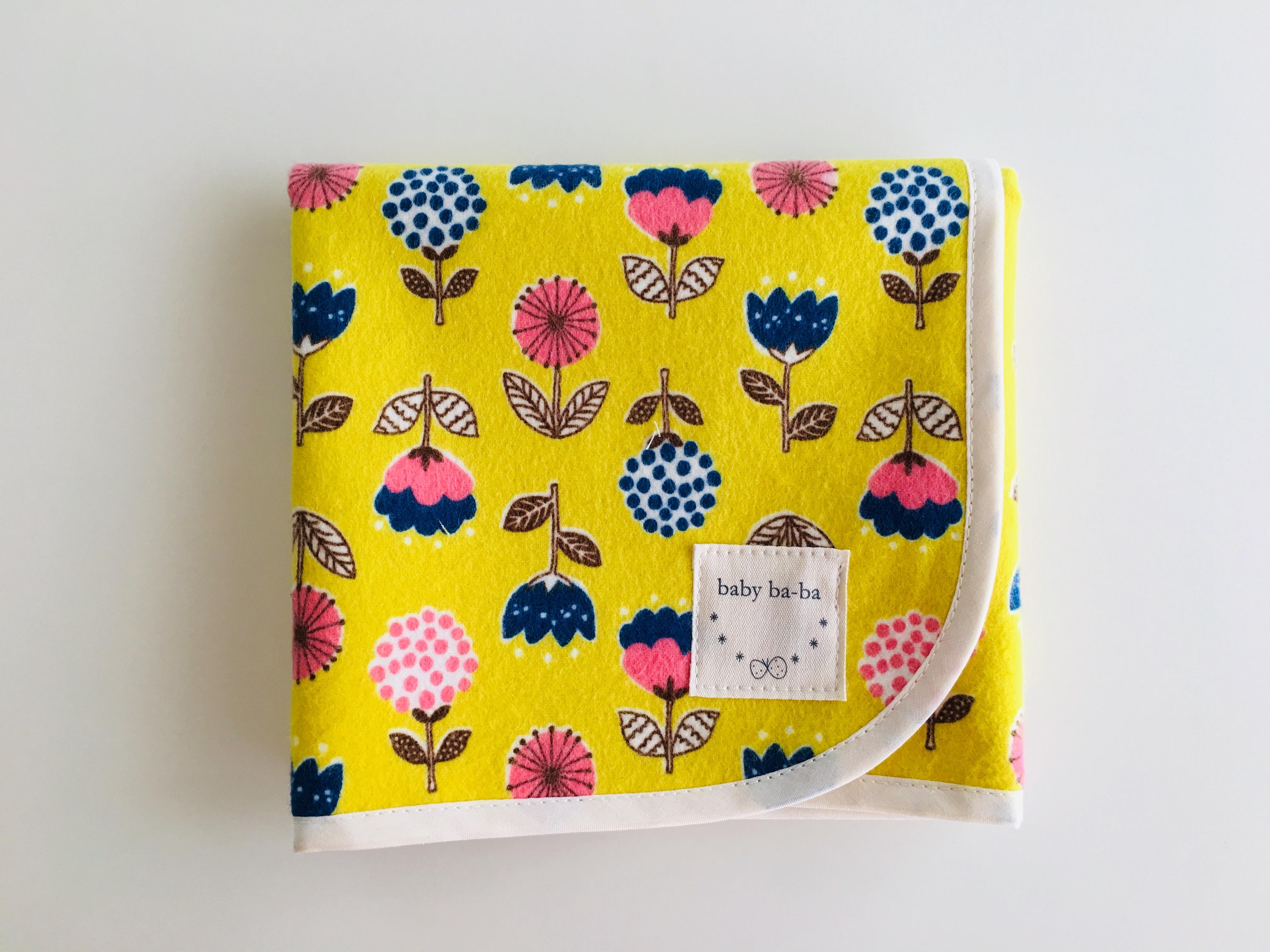 黄色の花柄のおむつ替えシート