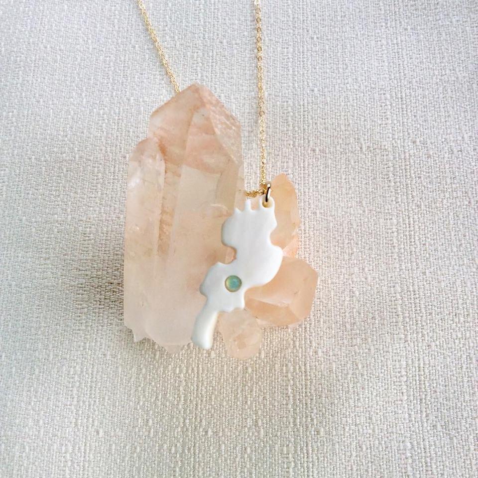 鹿骨彫刻のネックレス「light」琵琶湖